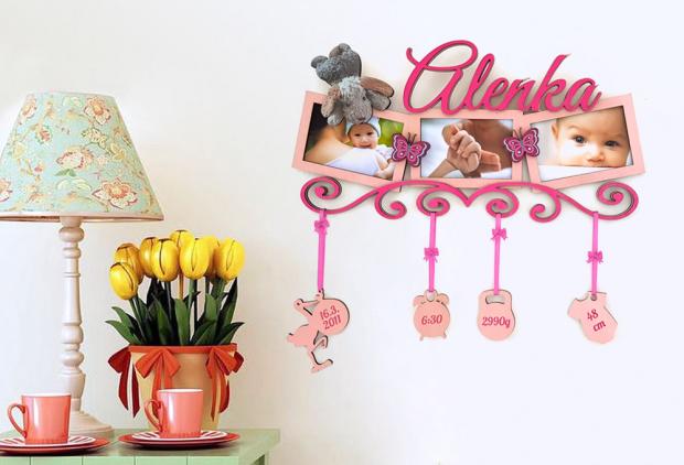 Dekorace s rámečkem k oslavě dne, kdy se zastavil čas Fotorámeček pro více fotografií s oblíbeným tištěným motivem dítěte