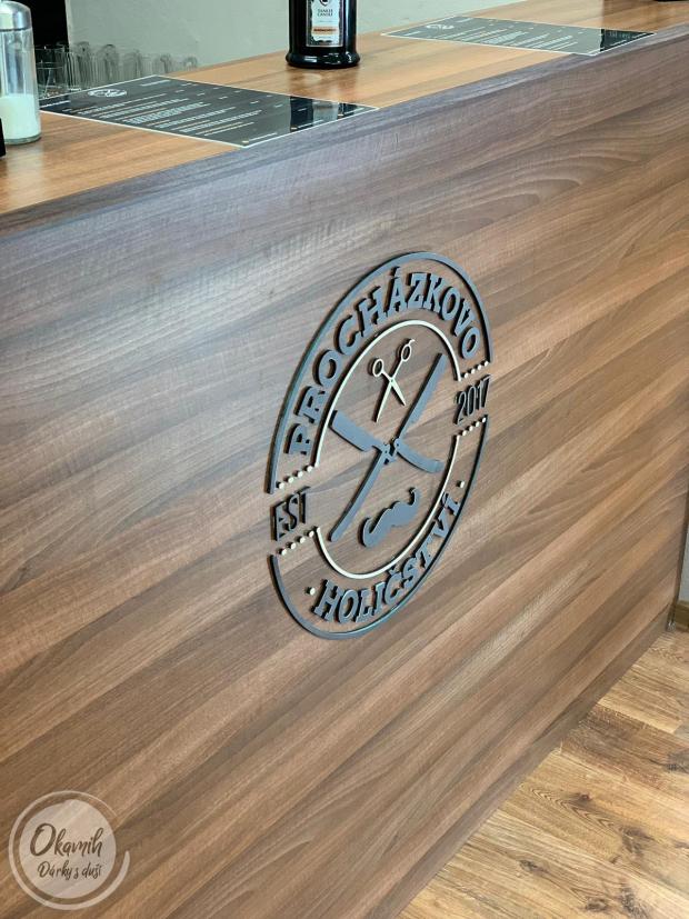 Logo Vaší jedinečné firmy - vygravírované a naladěné do přesných barev a odstínů Výroba loga vaší společnosti ze dřeva - gravírované a sladěné do přesných barev a odstínů