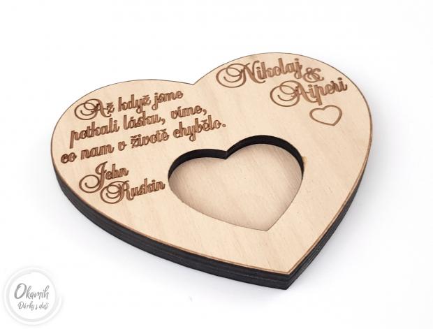 Podložka pod prstýnky s iniciálami a citátem Podložka pod snubní prsten se jmény novomanželů a citátem