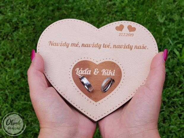 Podložka pod prstýnky s iniciálami, datem a citátem Podložka pod snubní prsten s iniciálami novomanželů, datem a citátem