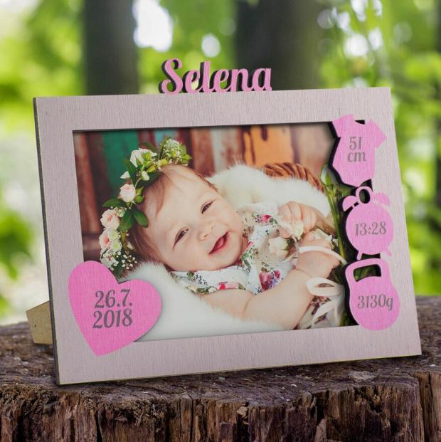 Rámeček k narození miminka s údaji o narození vpravo a srdcem vlevo Rámeček na fotky jako dárek k narození dítěte