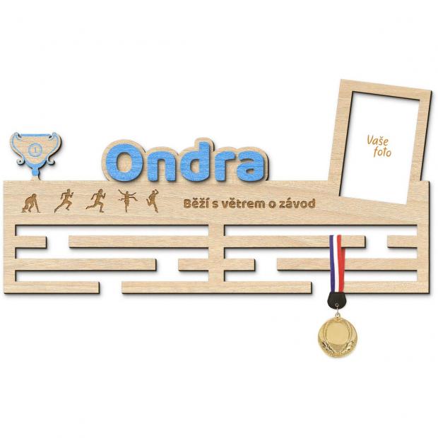 Rámeček a dekorace a věšák na medaile v jednom pro naše malé sportovce Věšák na medaile se jménem a pohárem - velký, s fotorámečkem