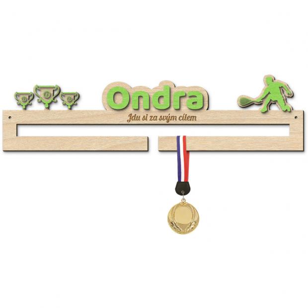Věšák na medaile pro úspěchy ve squashi s vlastním jménem a mottem pro začínající sportovce Věšák na medaile squash - se jménem, střední