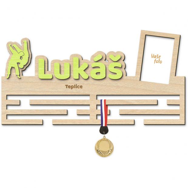 Judistický věšák na medaile s vlastním barevným jménem, mottem a rámečkem Věšák na medaile judo - se jménem, velký, s fotorámečkem