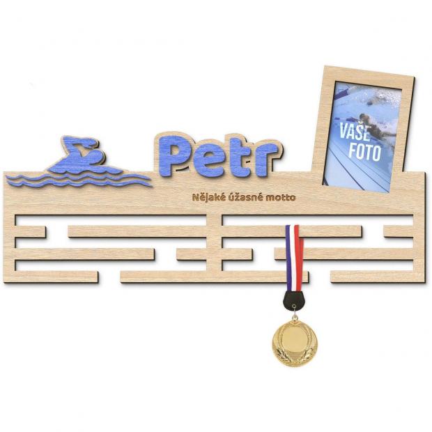Věšák na medaile pro plavce s vlastním jménem, mottem a rámečkem Věšák na medaile plavání - se jménem, velký, s fotorámečkem