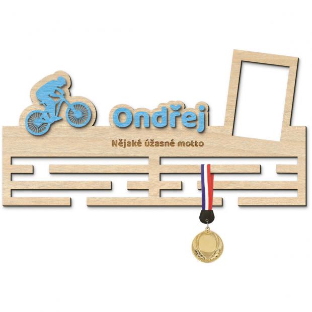 Věšák na medaile pro ty nejrychlejší cyklisty Věšák na medaile závody na kole - se jménem, velký, s fotorámečkem